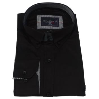 B. Fekete hosszú ujjú ing